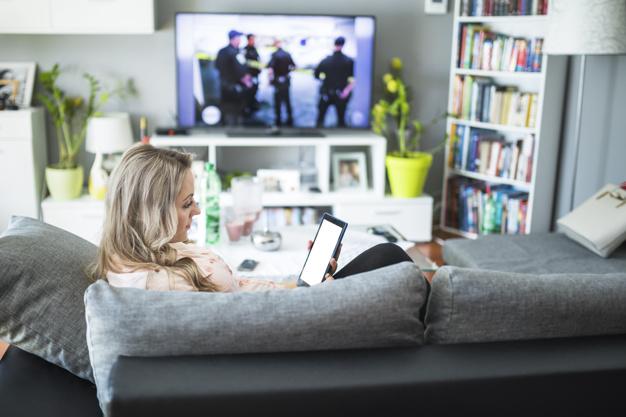 mujer-viendo-tv