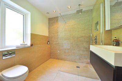 La nueva tendencia en los baños, mamparas de ducha de cristal fijo