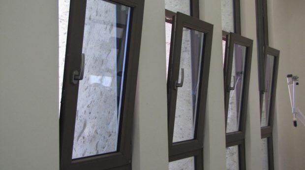 Ventanas oscilobatientes de aluminio: qué son  y cuáles sus ventajas en el hogar