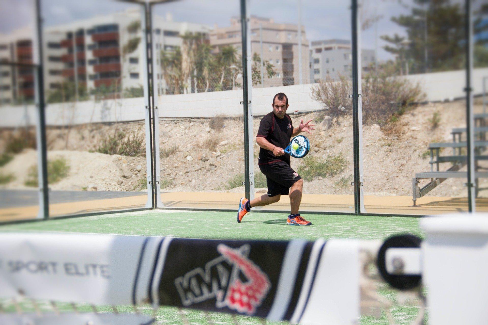 Hombre practicando deporte en una pista de pádel