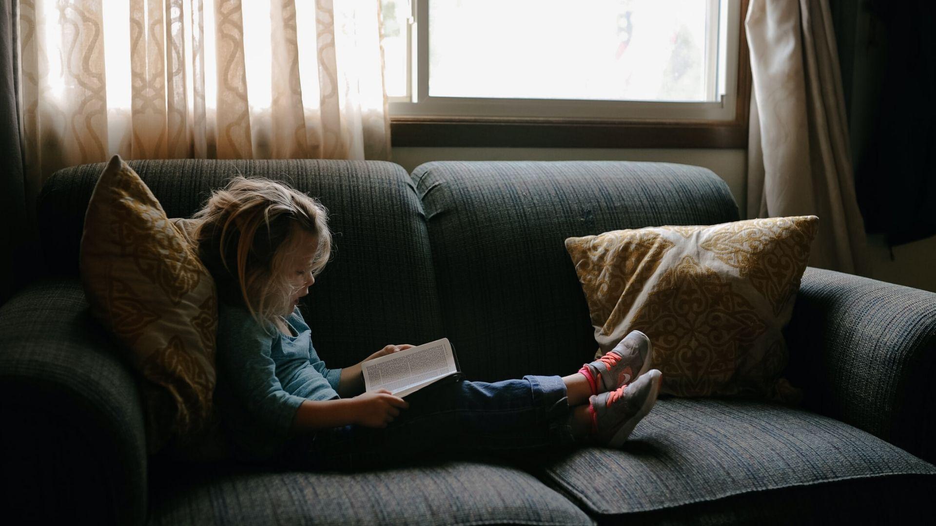 niña disfrutando de las ventajas de la calefacción de gas natural