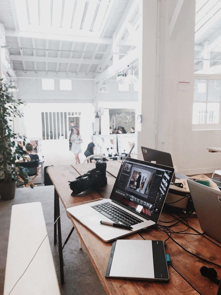 Diferentes espacios en una nave industrial para oficina