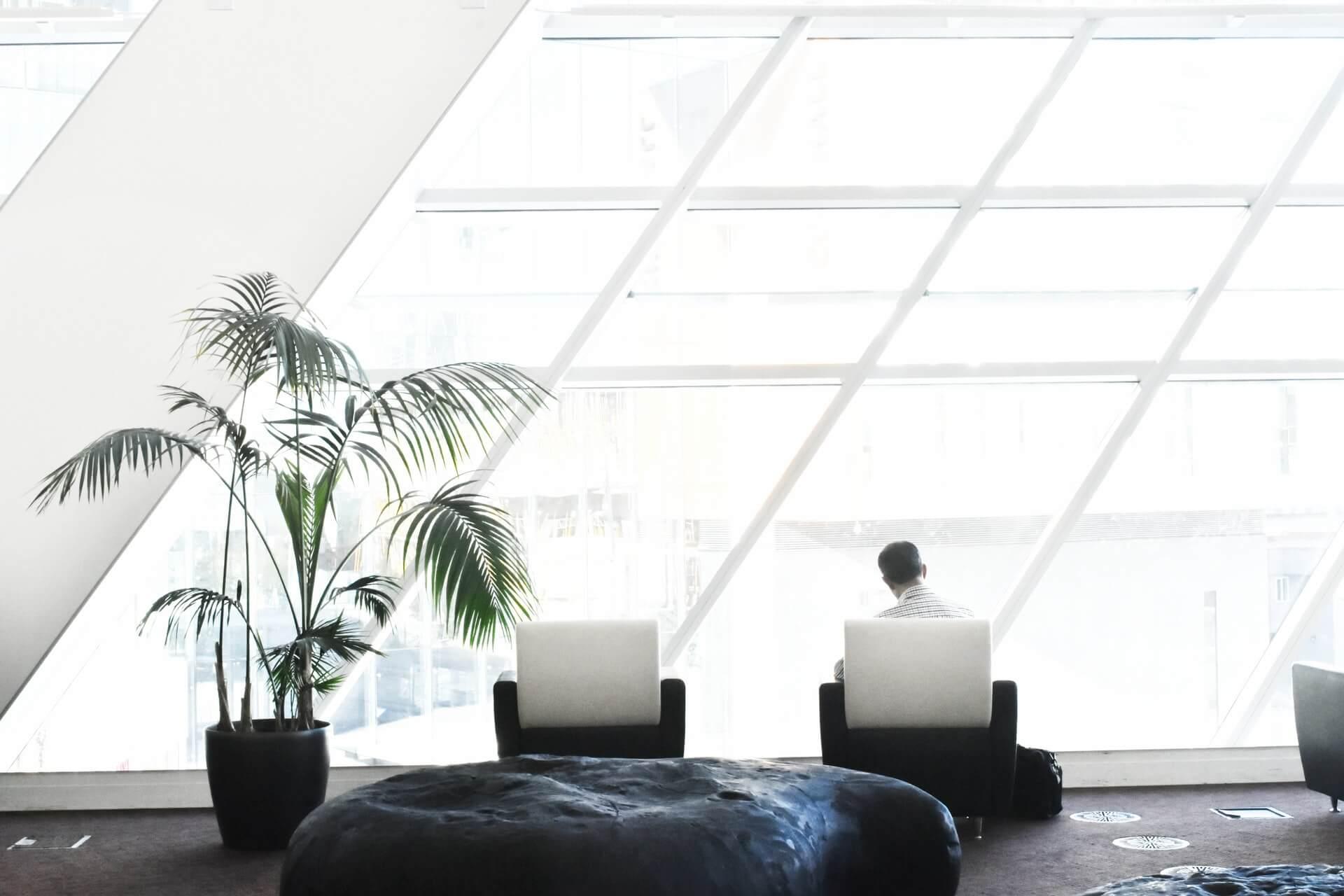 diseño y espacio de una oficina en una nave industrial