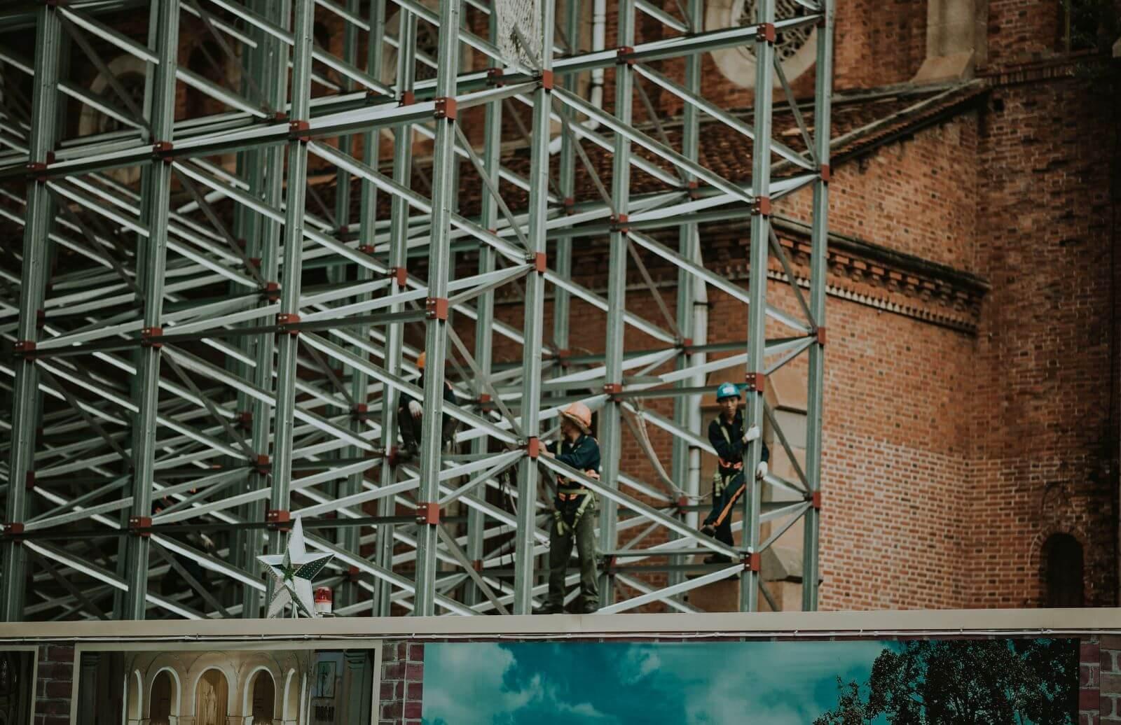 construcción con andamios